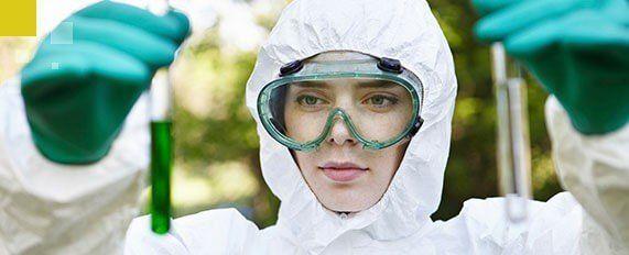 Interplaga - Mujer haciendo análisis de control de legionella
